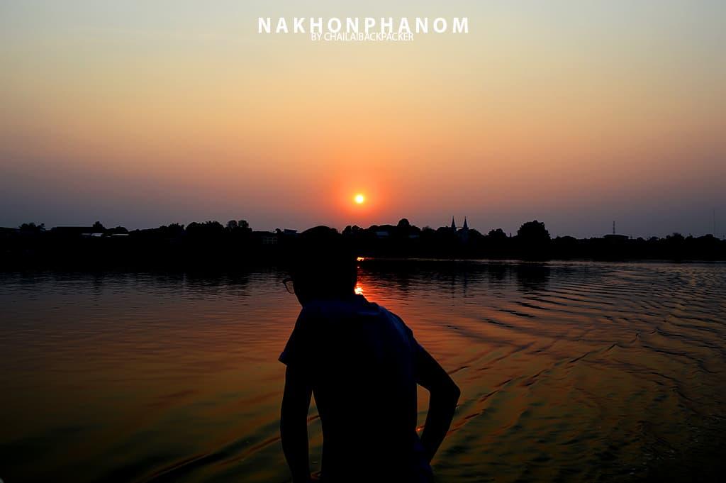 บรรยากาศการชมพระอาทิตย์ตกจากบนเรือขณะล่องอยู่กลางแม่น้ำโขง