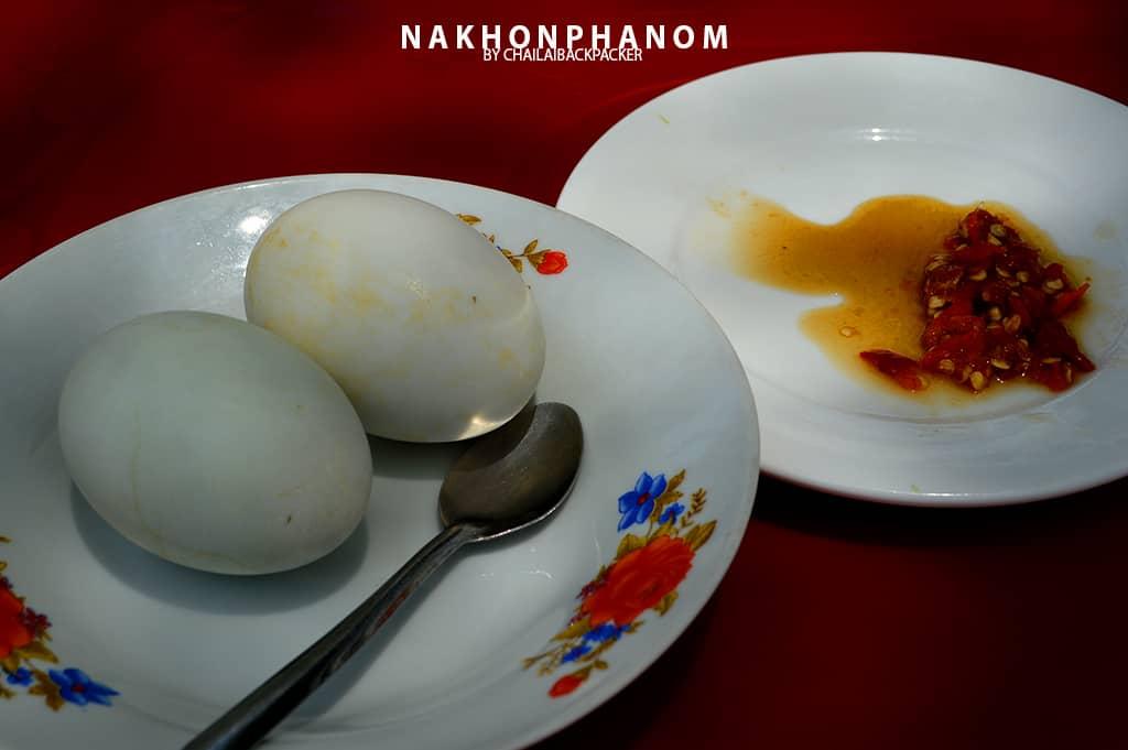 """เมนู """"ไข่ข้าว"""" ของร้านอาหารเล็กๆ ริมโขงแห่งหนึ่ง ซึ่งบริเวณริมโขงฝั่งลาวนี้ ก็มีร้านอาหารหลายร้านให้ได้ลองไปนั่งเปลี่ยนบรรยากาศ"""