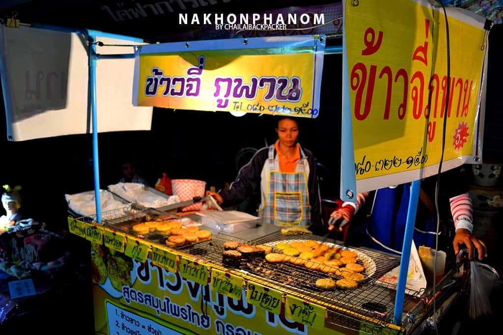 ร้านอาหารต่างๆ หลายร้านตั้งเรียงรายให้ได้ไปลองชิม