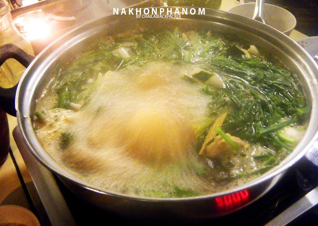 จะให้อร่อยต้องคีบลงไปลวกในน้ำเดือดเพียงไม่กี่วินาที ก่อนจะนำมาจิ้มน้ำจิ้มรสเด็ด ต้องลอง!
